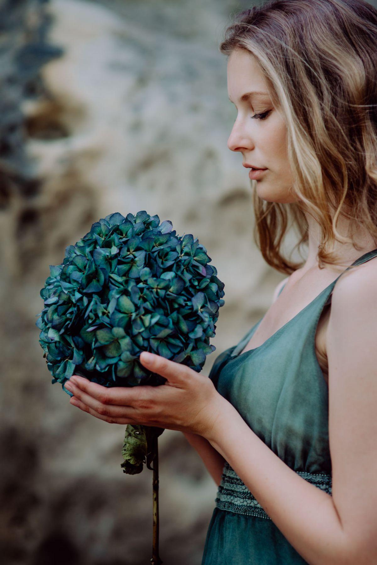 Portrait Model blaue Blume Hortensie