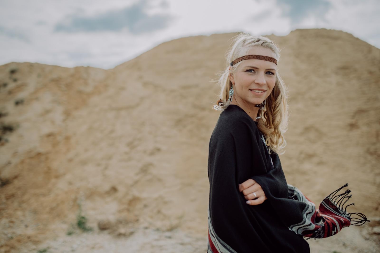 Boho Fotoshooting mit blondem Model in der Kiegrube