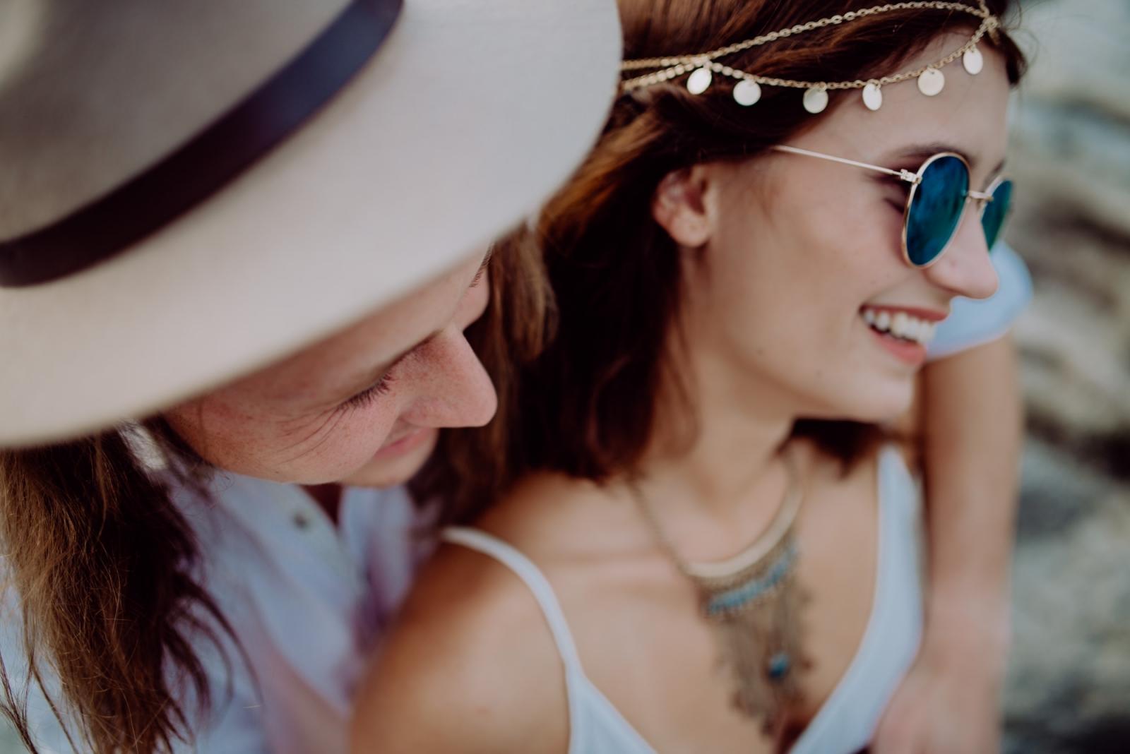 Boho Paarbild, eng umschlungen, mit Sonnenbrille, Hippie