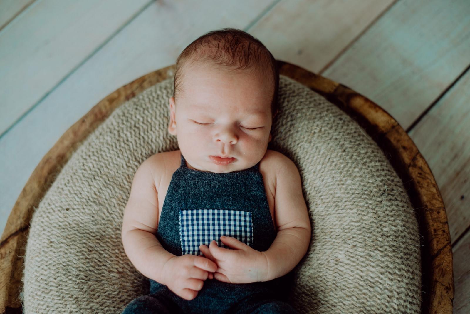 Baby schlafend auf brauner Schale, Radebeul