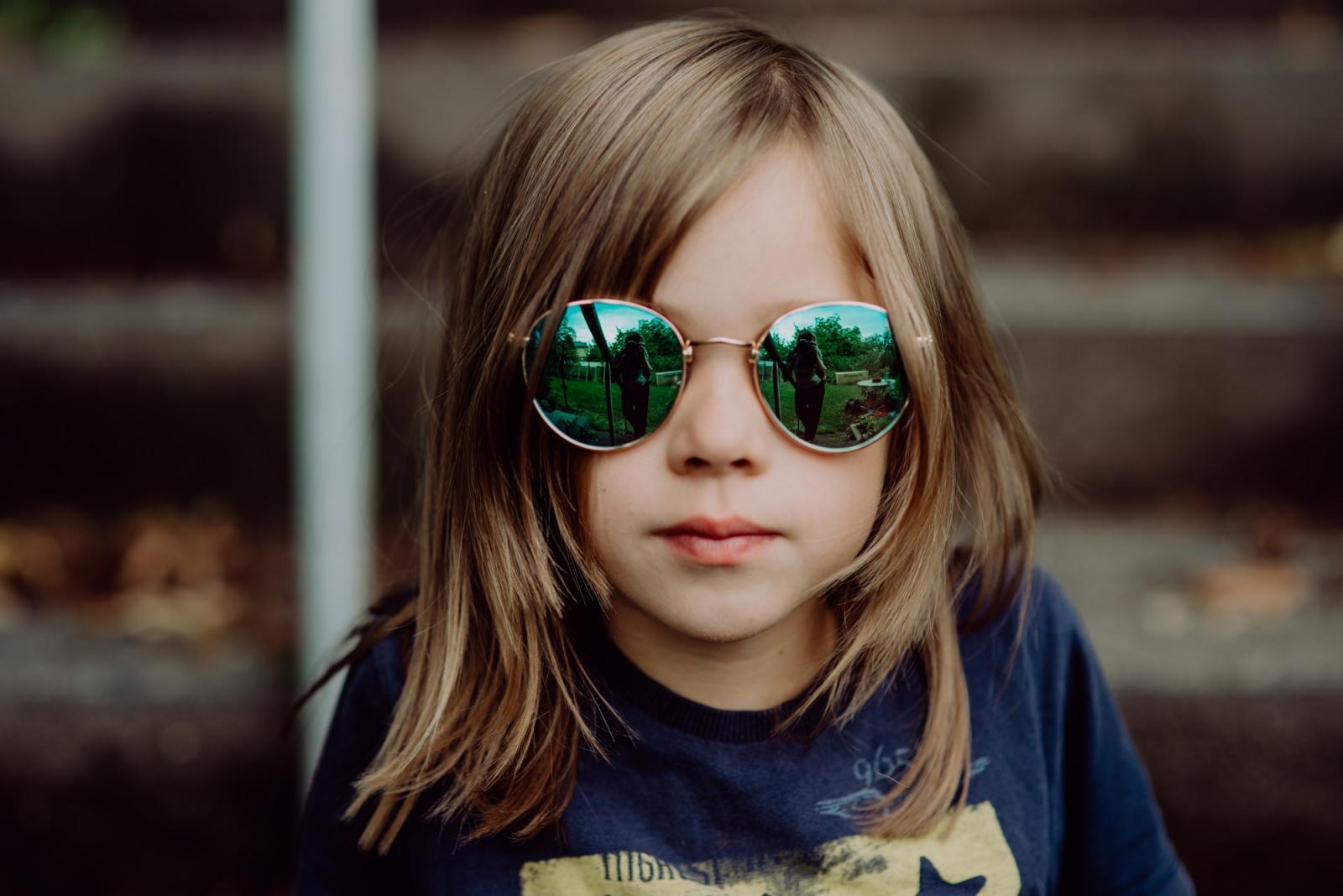 Junge mit langen Haaren und Sonnenbrille - Kinderfotograf Radebeul